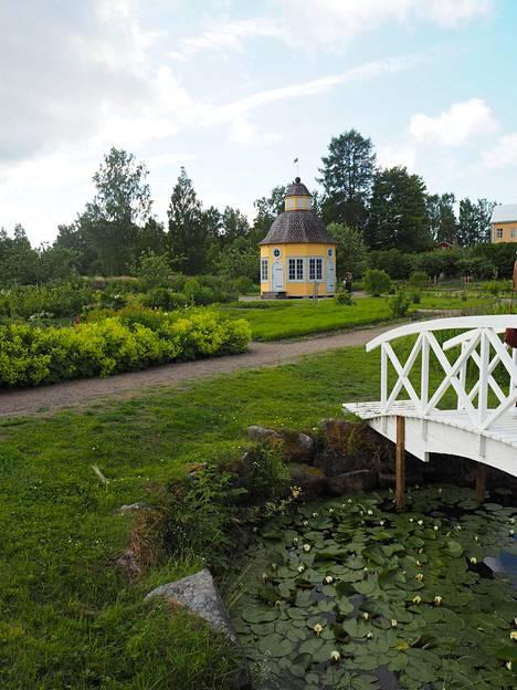 Aspegrenin puutarhan huvimaja ja silta luovat paikkaan vanhanaikaista tunnelmaa.