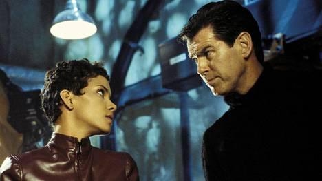 Halle Berryn ja Pierce Brosnanin tähdittämä Kuolema saa odottaa on yksi parhaiten menestyneitä Bond-elokuvia.