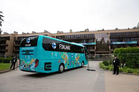 Suomen bussi kaarsi hotellin pihaan sunnuntai-iltana.