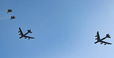 Yhdysvaltain strategiset B-52-pommituskoneet lensivät näyttämään voimaa Lähi-idässä viime viikonloppuna. Kuvassa koneiden ohilento F-15-hävittäjien saattamana New Orleansissa toukokuussa.