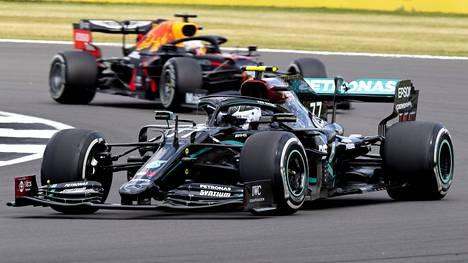 Valtteri Bottas tippui kärkisijoilta hajonneen eturenkaan vuoksi sunnuntain GP-kisassa.
