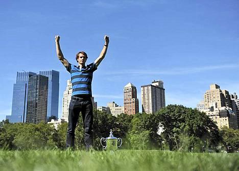 Brittiläinen Andy Murray tuuletti tenniksen US Openin voittoa New Yorkin Keskuspuistossa. Finaalissa kaatui Novak Djokovic.