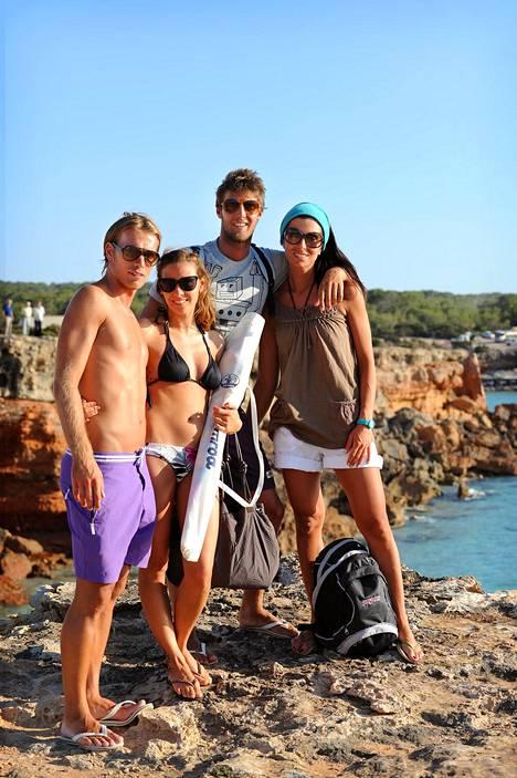 Kevyet poskipusut vaihdetaan Espanjassa monessa tapaamistilanteessa. Halaukset säästetään sen sijaan vain läheisille ystäville ja perheenjäsenille.