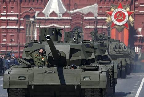 Venäläissotilaat ajavat T-14 Armata -panssarivaunua voitonpäivän paraatin harjoituksissa Punaisella torilla Moskovassa.