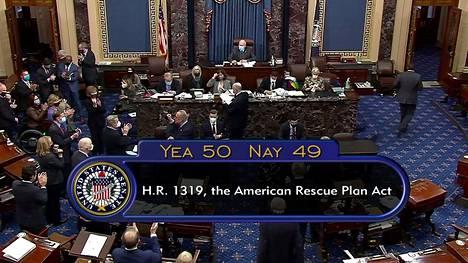 Kuvakaappaus senaatin istunnon suorasta lähetyksestä äänestyksen jälkeen.