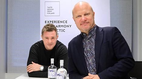 Arctic Blue-ginit valmistetaan Pohjois-Karjalassa Ilomantsissa. Kuvassa brändijohtaja Mikko Spoof ja hallituksen puheenjohtaja Kimmo Koivikko.