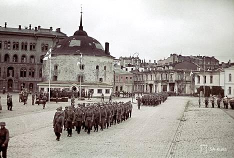 Viipurin valtausparaati elokuussa 1941 kauppatorilla pyöreän tornin edustalla.