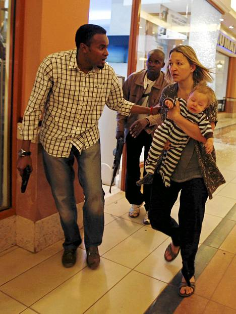 Poliisi auttoi lasta kantavaa naista ulos Westgaten ostoskeskuksesta.