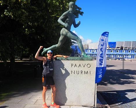 Juha Nurmelalla on aihetta tuulettaa: kuukauden huima juoksu-urakka päättyi Helsinkiin. Paavo Nurmen patsaalla olleen maalin jälkeen juostiin vielä viimeinen etappi Senaatintorille.