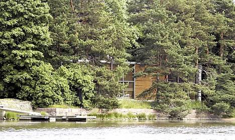 Akateemikko Vuokko Nurmesniemen talo istuu hyvin luontoon.