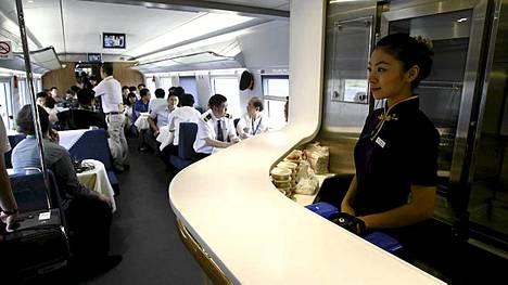 Ravintolavaunussa matka vierähtää tunnetusti nopeasti, mutta luotijunan ravintolavaunussa sitäkin nopeammin.