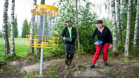 Susanna ja Petri Kellosalmi ovat ihastuneet Etelä-Pohjanmaan maaseutuun sekä sen lukuisiin frisbeegolf-ratoihin.