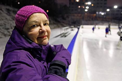 Viime joulun alla Mervi Tapola esiintyi viimeisen kerran julkisuudessa. Hän oli kannustamassa tyttärensä poikaa Tampereen Koulukadun kentän kaukalon laidalla.