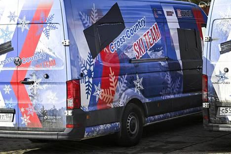 """Sana """"Venäjä"""" ja osa Venäjän lippua on teipattu peittoon huoltoauton kyljestä."""