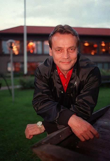 Timo T. A Mikkonen valmistautui isännöimäänsä maailman pisimpään talk show'hun vuonna 1998.