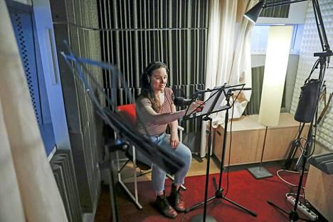Näyttelijä Anni Kajos lukee Saara Turusen romaania Rakkaudenhirviö äänikirjaksi.