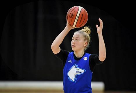 Linda Lehtoranta on naisten koripallomaajoukkueen runkopelaaja.