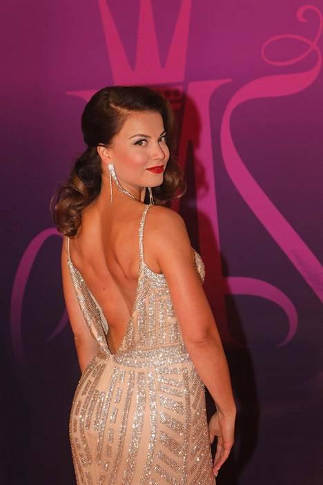 Hussi poseerasi Miss Suomi -kisan finaalissa viime syksynä.