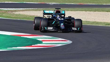 Mercedes-kuski Lewis Hamilton ajoi Mugellon radalla Toscanassa launtain aika-ajoissa.