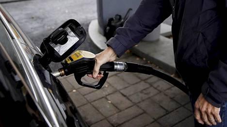 Autojen moottorit polttavat aiempaa vähemmän polttoainetta, ja sähköistymisen myötä polttoaineverotulot laskevat entisestään, mikä aiheuttaa valtiovarainministerille huolta.