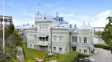 Kaivopuistossa on myynnissä kolmio Kalliolinna-nimisessä rakennuksessa. Kyseessä on pala Helsingin kylpylähistoriaa.
