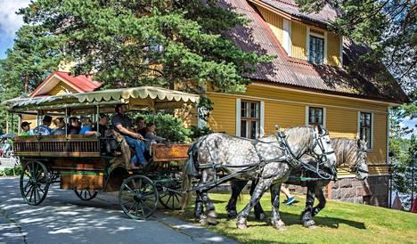Kylpylän alueella saa vauhdikasta hevoskyytiä Åfeltin työhevosten vaunuissa.