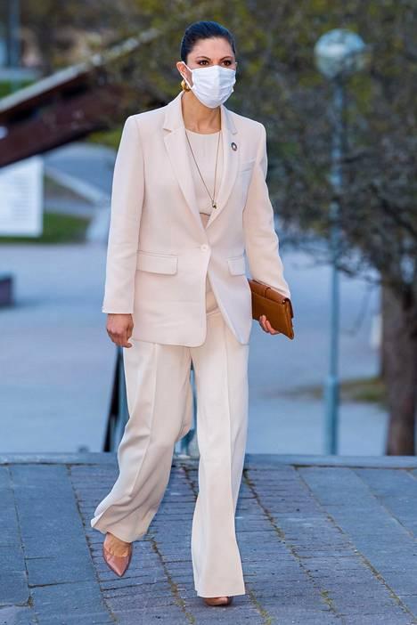 Kruununprinsessa Victoria edusti suomalaisen Andiatan asussa.