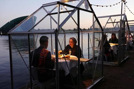 """Amsterdamilaisravintola pyysi kutsuvieraita ja perheenjäseniä testaamaan """"karanteenikasvihuoneita"""", joissa asiakkaat voivat nauttia tarjoiluista eristyksissä muista ihmisistä."""