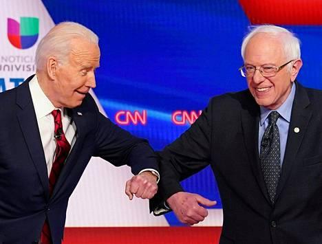 Joe Biden (vas.) ja Bernie Sanders olivat alkuun vastustajia demokraattien esivaaleissa. Sanders kuitenkin luopui omasta ehdokkuudestaan ja siirtyi Bidenin tueksi.