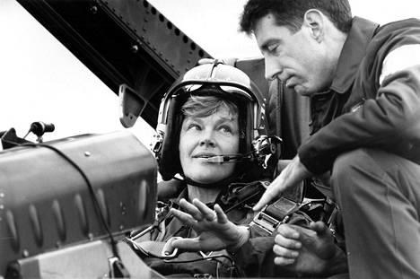 Silloinen puolustusministeri Elisabeth Rehn Hornetin kyydissä 31. elokuuta 1992.