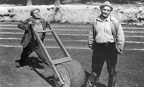 Vuosina 1937–1940 valmistuneet Lapatossu-elokuvat tekivät Korhosesta suomalaisyleisön suosikin. Lupsakka Lapatossu oli Korhosen esittämänä todellinen huulenheittäjä.