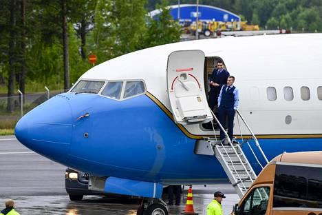 Kaksi miestä seisoi Yhdysvaltojen lentokoneen portailla.