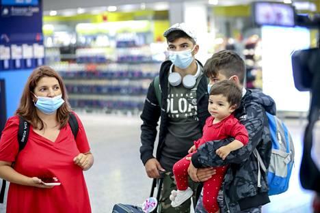 Magdalena Fiscaleanu saapui Helsinkiin perheensä kanssa. Koronavirustesti sai perheen nuorimmaisen itkemään.