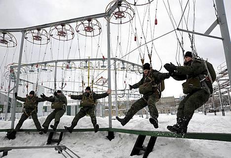 Venäjän ilmavoimien ortodoksipapit kuivaharjoittelivat laskuvarjohyppyä Moskovan ulkopuolella sijaitsevassa harjoituskeskuksessa.