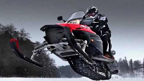 Moottorikelkoilla tavataan ajaa lumella. Silti myös kesäkuukausina sattuu valtavasti moottorikelkkahavereita.