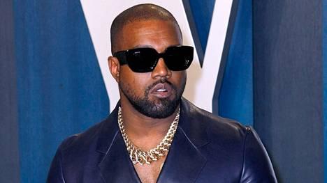 Kanye West räväytti konserttilavalla.