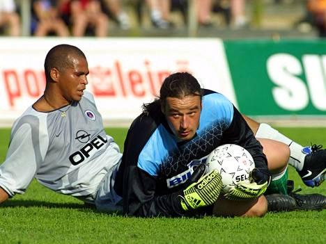 PSG:n Aloisio ja Jazzin maalivahti Marko Rajala kamppailivat toisessa osaottelussa Porissa.