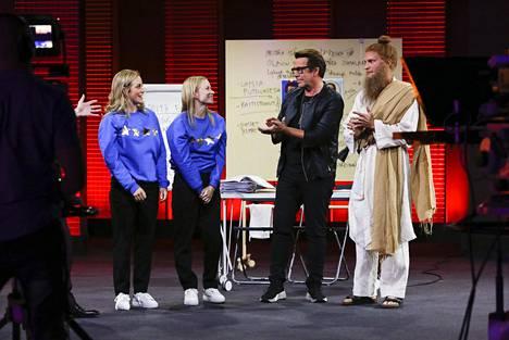 Kuustosen sisarukset ja isä Mikko nähtiin Putouksen All Star -kaudella yhdessä. Kuvassa myös Riku Nieminen, joka opiskeli Iina Kuustosen kanssa samaan aikaan Teatterikorkeakoulussa.