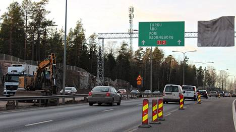 Espoossa avataan Turunväylällä lisäkaistat Kehä II:n ja Tuomarilan välillä.