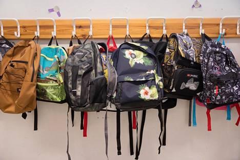 Koululaisen eväät pitäisi pakata niin, etteivät reppu ja kirjat sotkeennu.
