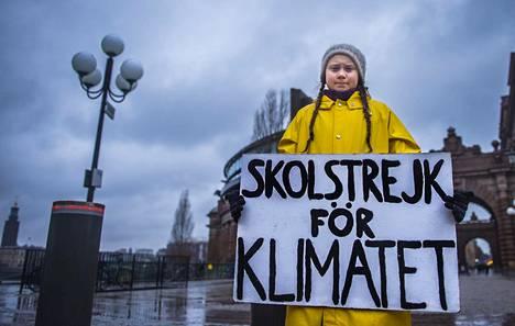 Thunberg kuvattuna 15-vuotiaana mielenosoittajana Ruotsin valtiopäivärakennuksen edessä marraskuussa 2018.