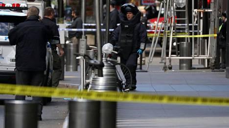 Poliisin pommiryhmän jäsen Time Warner Centerin ulkopuolella.