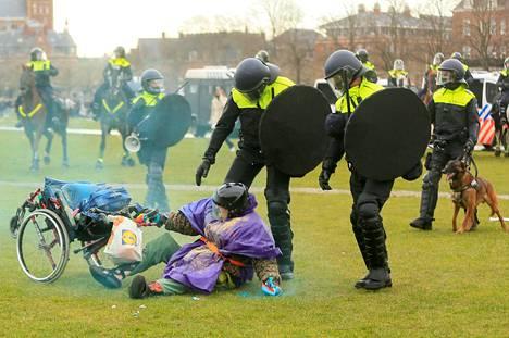 Mielenosoittajat vastustivat kovia koronarajoituksia.