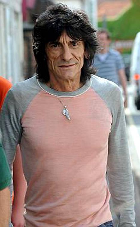 Ronnie Wood vaihtoi 53-vuotiaan vaimonsa 20-vuotiaaseen tarjoilijaan.