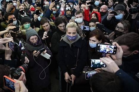 Julia Navalnaja joutui toimittajien ja kannattajien piirittämäksi viime sunnuntaina poistuessaan Sheremetjevon kentältä.