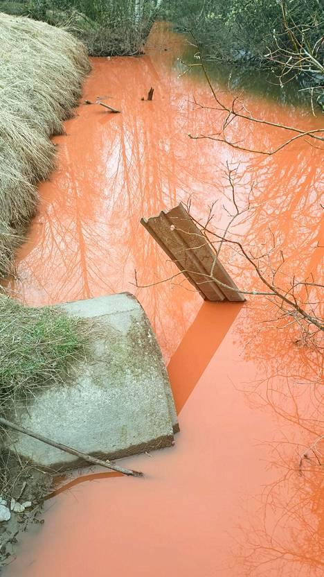 Puron vesi oli värjäytynyt kirkuvan punaiseksi pitältä matkalta.