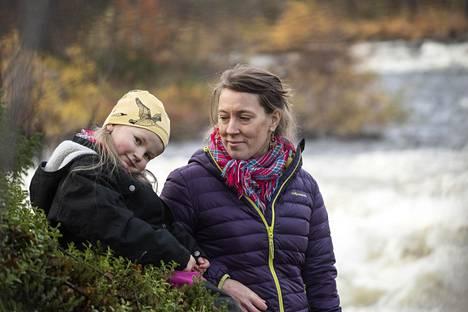 Frida Falck, 5, on oppinut inarinsaamen äidinkielekseen. Hänen äitinsä Varpu Falck opetteli kielen aikuisena, kska ei oppinut sitä lapsena kotona. Nyt Frida pystyy jo korjaamaan äitinsä puhetta.
