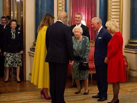 Prinsessa Anne (vas.) seurasi sivusta, kun hänen äitinsä, veljensä sekä kälynsä ottivat vastaan Yhdysvaltain presidenttiparia.
