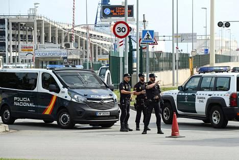 Espanjan hallituksen lähde kertoi lauantaina, että poliisi tulee poistamaan äänestyspaikoilla majailevan väen sunnuntain aikana.