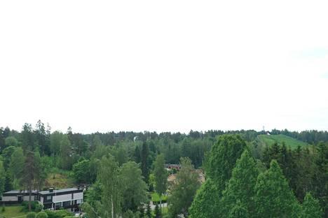 Dronella kuvatussa valokuvassa avautuvat maisemat laskettelukeskukseen saakka.